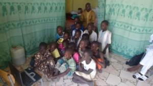 Les plus jeunes devant l'ordinateur apporté par la famille Viard lors de leur séjour en avril 2013. Derrière chaque rideau, la chambre d'un enseignant...