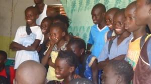 Les réactions se font entendre avec les rires des enfants en regardant la vidéo.