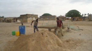 Les ouvriers (payés avec l'argent du pack) font le ciment.