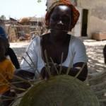 Les femmes fabriquent des panniers, des balais...