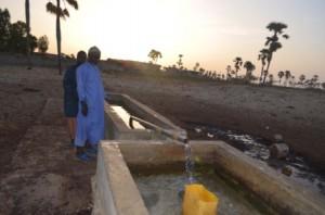 Le fontainier gère l'eau dans le village.