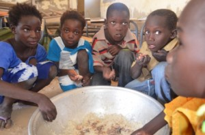 Et les élèves mangent en classe.