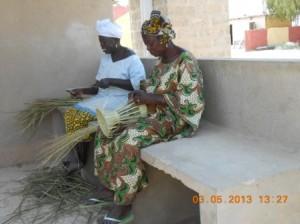 Les femmes travaillent avec les  feuilles de rônier.