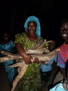 les femmes ramassent le bois