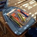 Un sac, deux cahiers, une ardoise et tout le nécessaire pour travailler dans de bonnes conditions.